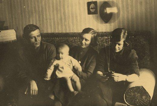 Первое полевоенное фото семьи Груздевых