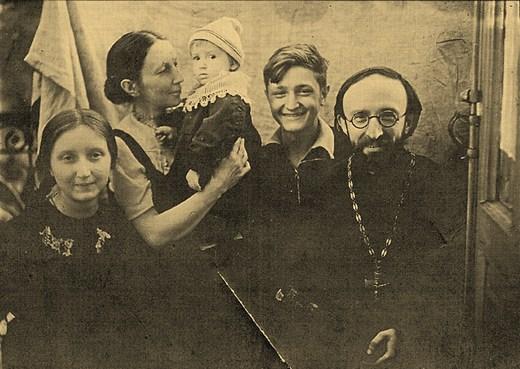 Слева направо: Магдалина, Татьяна Павловна, Маша, Николай и Алексей Александрович Глаголевы. Киев, 1944.