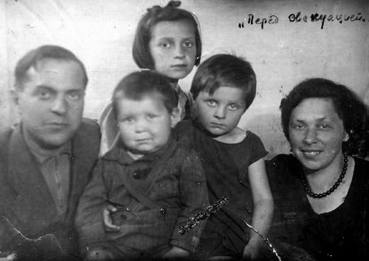 Семейство Зининых перед эвакуацией из Ленинграда. Людмила Васильевна - вторая справа