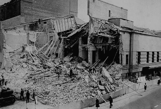 Театр Вахтангова на Арбате был полностью уничтожен прямым попаданием авиабомбы