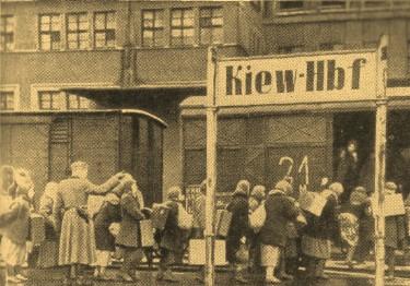 Киев, 1941 г. Советских граждан угоняют на рабский труд в Германию.