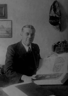 С . И . Вавилов за чтением книги о Леонардо, которую он держал ночью под подушкой. ГОИ. Йошкар-Ола, 1943 г.