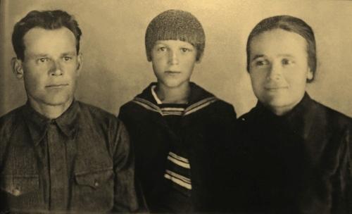 Иван Дмитриевич, Мария Васильевна и Валя Никуличевы, июнь 1941 года.