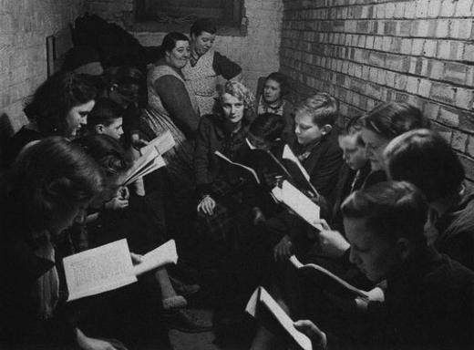 Школьные занятия в убежище, организованном в метро