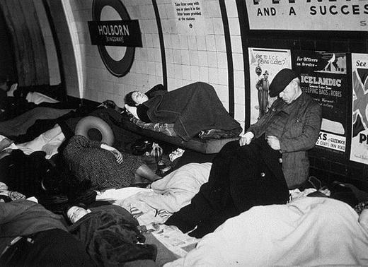 Люди спят в метро на платформе.