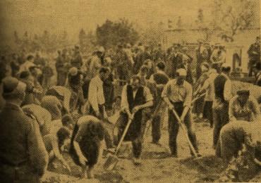 Украина. Казнь 4 июля 1941 г. Согнанные эсэсовцами евреи — мужчины, женщины и дети роют себе могилу
