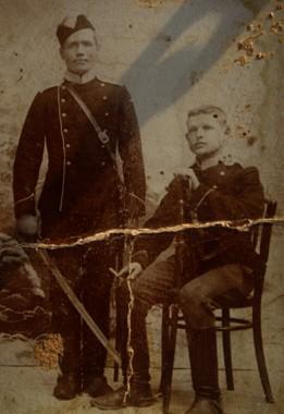 Мой отец Мишин Артемий Андреевич, слева (1881 – 28.04.1923 г). Служил действительную срочную службу. Фото 1903-1904 года.