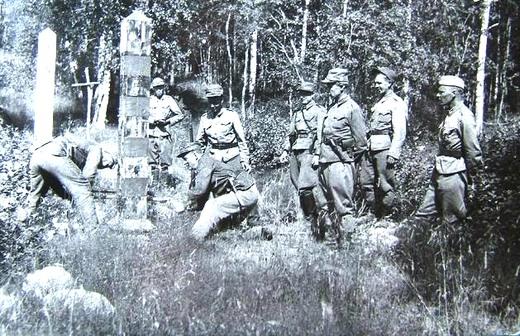 Финские солдаты ставят пограничный столб на старой границе. 1941 год.
