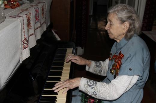 Лариса Сергеевна музицирует.