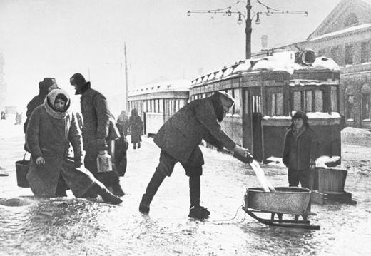 ИТАР-ТАСС/Жители города берут воду из водопроводного люка на Звенигородской улице.