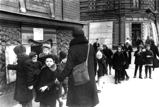 21 сентября 1941. Дети из интерната 7 на прогулке.