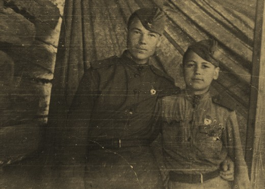 С другом Иваном Рубцовым, 1944 год.