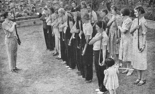 Члены «Женской лиги гражданской обороны».