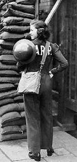 Женщина-наблюдатель противовоздушной обороны.