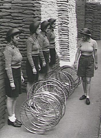 Девушки велосипедной бригады ARP. Лондон, район Клэпхем.