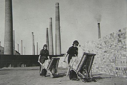 Женщины-работницы на кирпичном заводе в Лондоне.