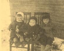 Дети слева направо: Оля, Славик, Олег. Апрель 1941 г., пос. Ушаки
