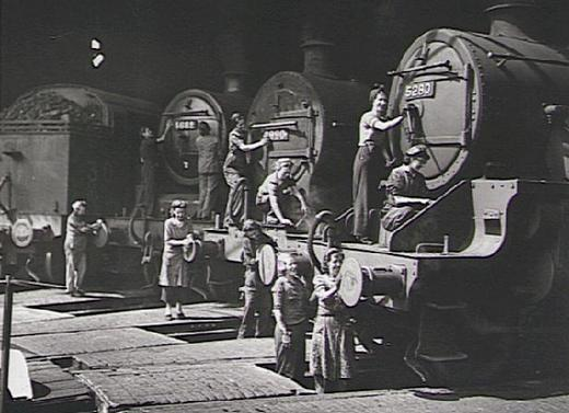 Женщины чистят двигатели паровозов Железнодорожной компании Великобритании.