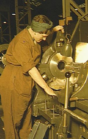 Женщины пошли работать на заводы
