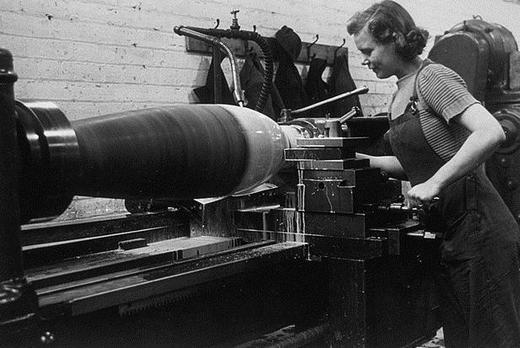 Изготовление бомбы на военном заводе.