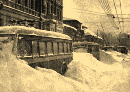 Брошенные и занесенные снегом троллейбусы в блокадном Ленинграде.
