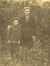 С сыном Олегом, 1946 г., пос. Ушаки