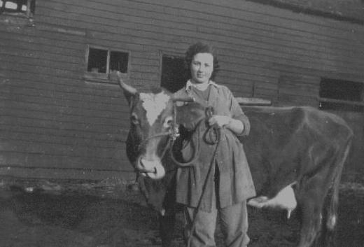 Мэри с молочной коровой-призером на ферме «Сьюардстоун Холл» вблизи г. Чингхолла.