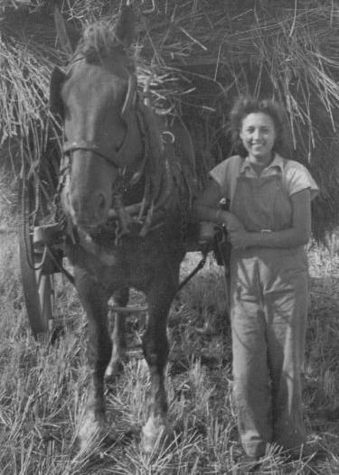 Мэри на уборке урожая, 1943.