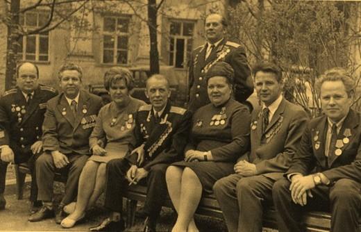 В день 30-летия Победы. Во дворе института Экономики Ан СССР, 24 апреля 1975 г.