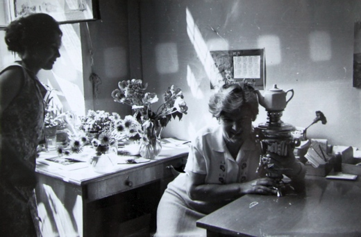 13 мая 1975 год. Самовар - подарок Института в честь праздника Победы.