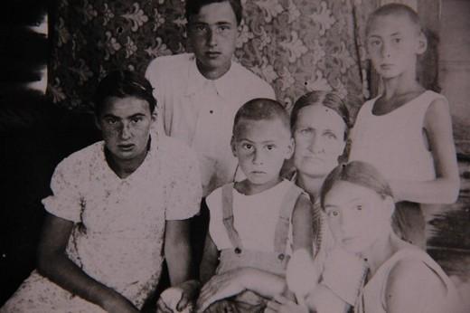 Наталья Дмитриевна Шаховская с детьми в свой день рождения, 1940 год. Слева направо: Мария, Сергей, Николай, Елизавета, Дмитрий.