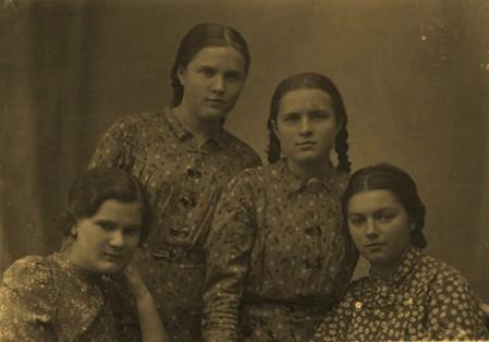 Осень 1939 г. Воронеж ВГУ. Шура Шананина, Оля Шананина, Маруся Гвоздева.