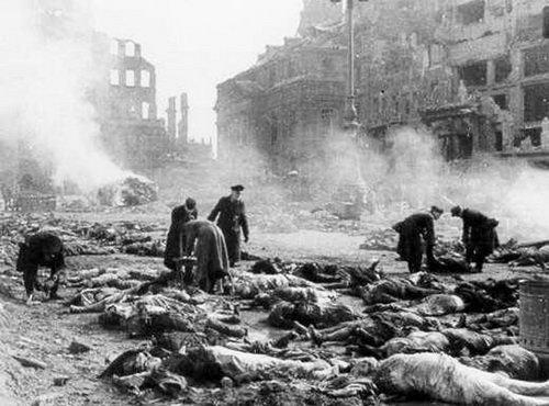 Трупы на улицах Дрездена.