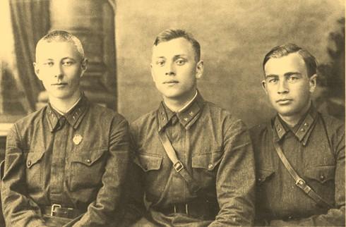 Е.М. Сергеев, П. Горшков и В. Игошин на военных сборах. 1938 г.