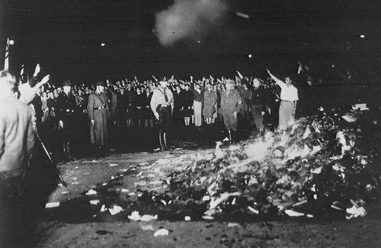 Студенты сжигают «негерманские» сочинения и книги на берлинской площади Опернплац 10 мая 1933 г.