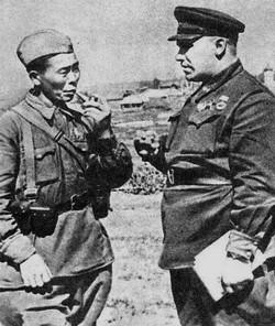 Генерал-майор Н.Э. Берзарин беседует со снайпером С.Д. Номоконовым. 1942 г.