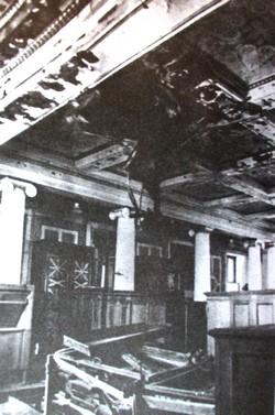 Двенадцатиколонный зал после обстрела 28 июля 1942 года. Фотография 1944 г.