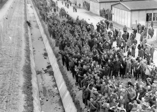 Узники концлагеря Дахау у бараков после освобождения.