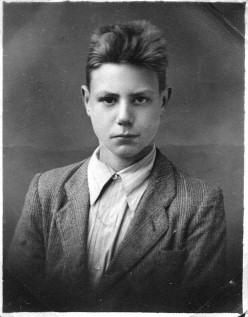 Фотография на паспорт в 1946 году в праздничной одежде. Мне тогда было 16.