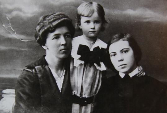 Бабушка с дочерям Ириной и Татьяной