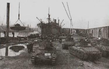 Разгрузка конвоя PQ-2 (репродукция из книги «Arctic convoys» Ричарда Вудмана, Лондон, 2000)