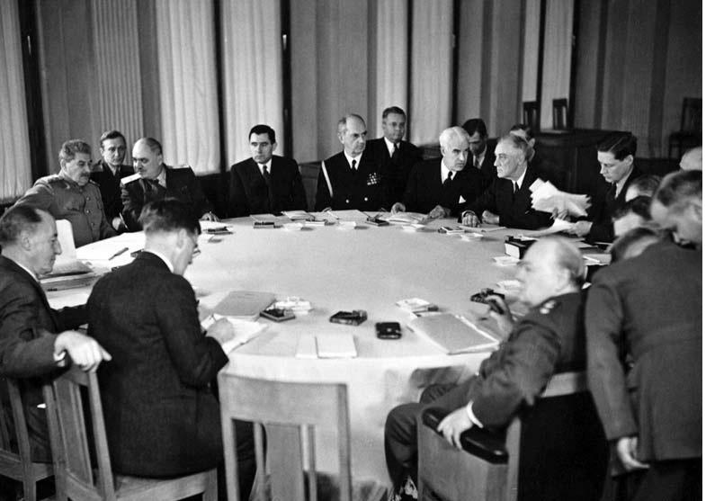 Лидеры большой тройки за столом переговоров на Ялтинской конференции. Фото: Энциклопедия «Великая Отечественная война 1941-1945 годов»