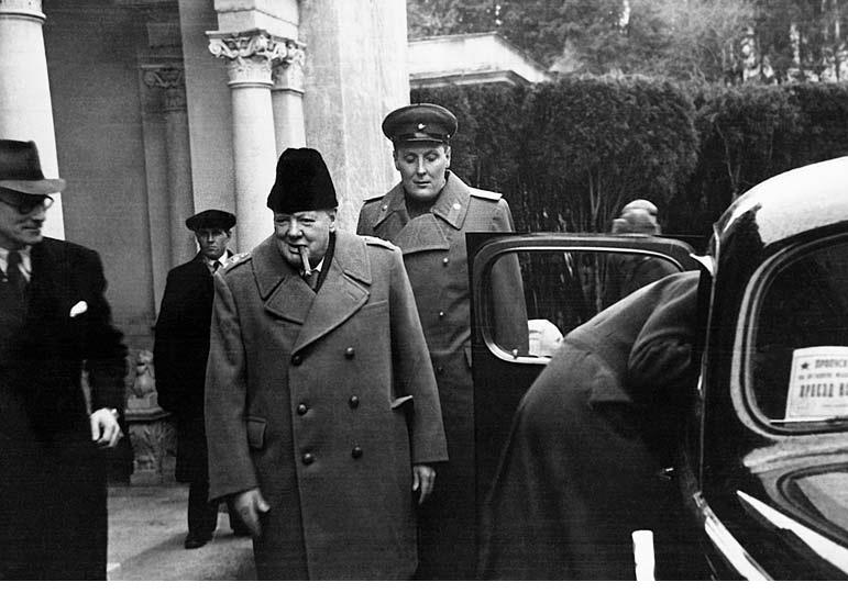Уинстон Черчилль у Ливадийского дворца. Фото: Энциклопедия «Великая Отечественная война 1941-1945 годов»