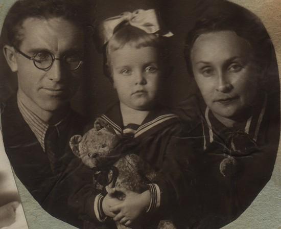 Дмитрий Федорович с женой Надеждой Григорьевной и дочкой Женей, 1941-й год.