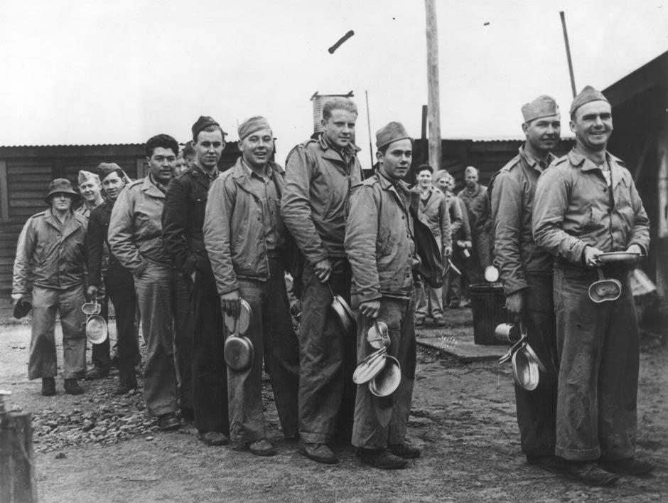 Очередь в столовую в лагере Маккей, 1943 г.