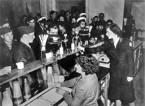 Американские военнослужащие в кафе-молочной