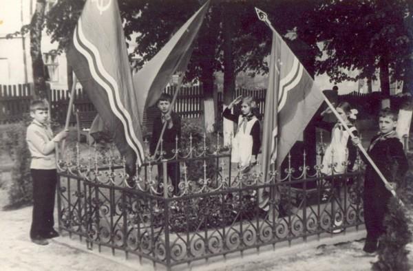 Пионеры на посту в день Победы.