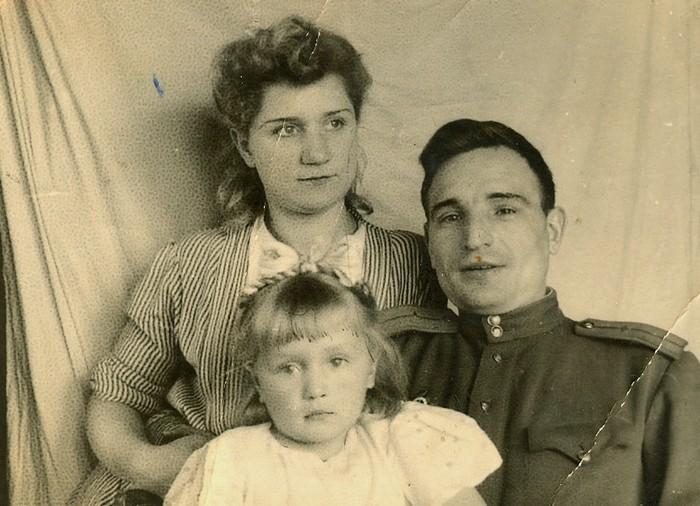 Николай Иванович с женой Верой Трофимовной и дочерью Светланой, 1946 г.