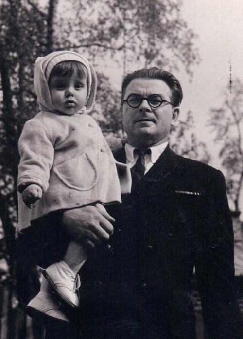 Михаил Кузнецов с сыном Владимиром. Фото конца 1950-х годов.