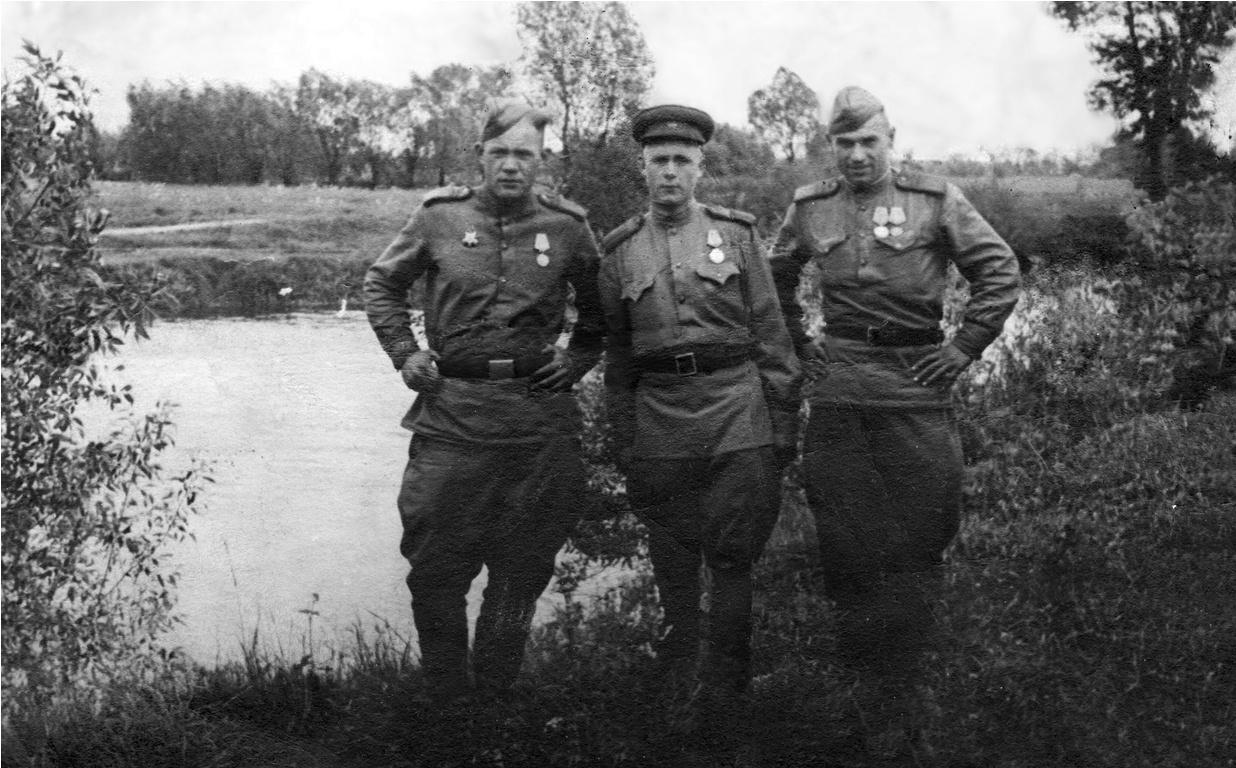 «На добрую память родным от сына Андрюши в дни окончания войны над немецкими захватчиками. Чехия, река Эльба. Прошу хранить. 2/VI.1945 г.» - Три товарища стоят на берегу реки. Война уже почти закончилась, еще чуть-чуть – и отвоевали.
